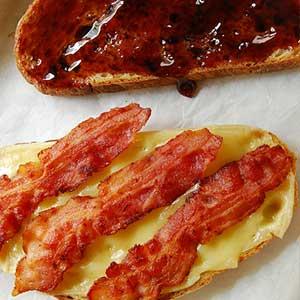 Необычный бутерброд с беконом, сыром и желе  - фото