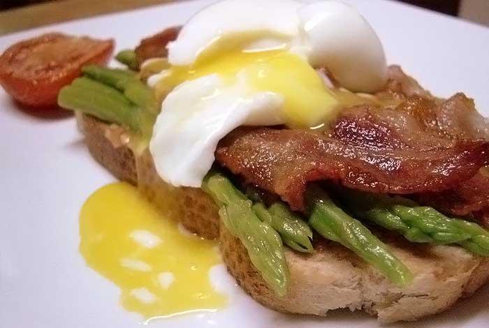 Бутерброд с беконом, спаржей и яйцом «всмятку» фото