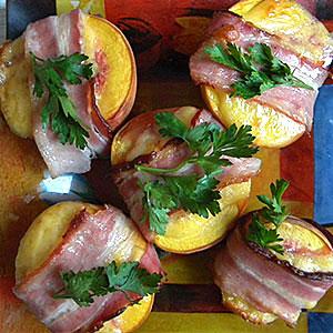 Закусочное блюдо из свиной грудинки с персиками