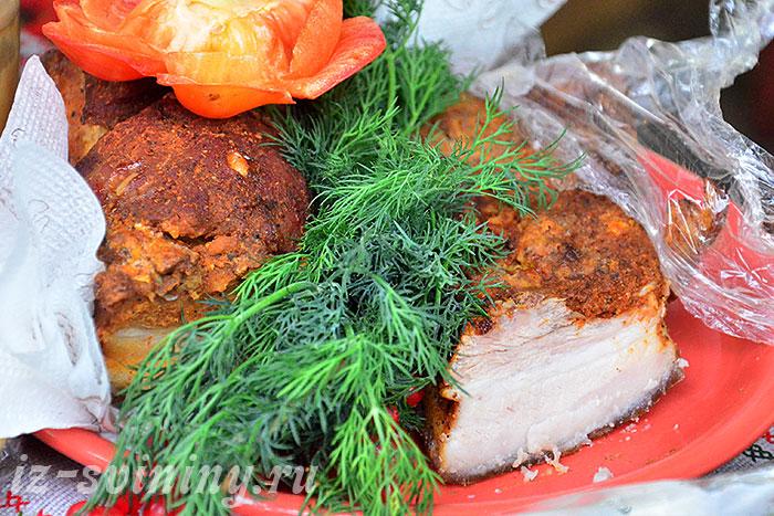 Готовое сало вареное в луковой шелухе по рецепту с паприкой