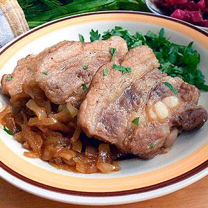 Жареные свиные ребрышки с подливкой на сковороде