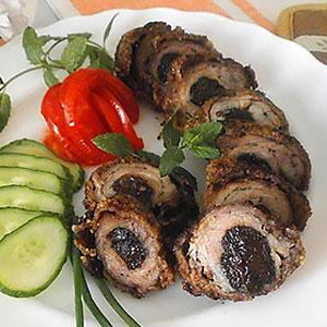 Мясные рулетики из свинины с черносливной начинкой