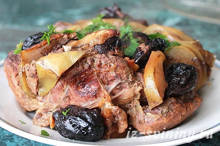 Мясо, запеченное в духовке с черносливом
