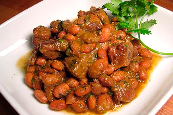 Итоговое фото свинины запеченной с овощами и фасолью