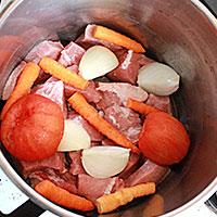 Кладем лук, морковь, поимдоры - фото
