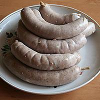 Завязываем на колбасе узелки и делаем проколы