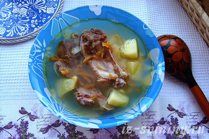 Готовый гороховый суп из копченых свиных ребрышек