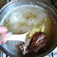 Соединяем гороховое пюре, свиные ребрышки и картофель - фото