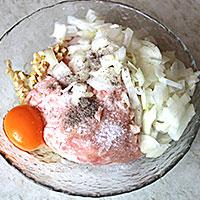 Соединим все ингредиенты для свиного фарша с луком - фото