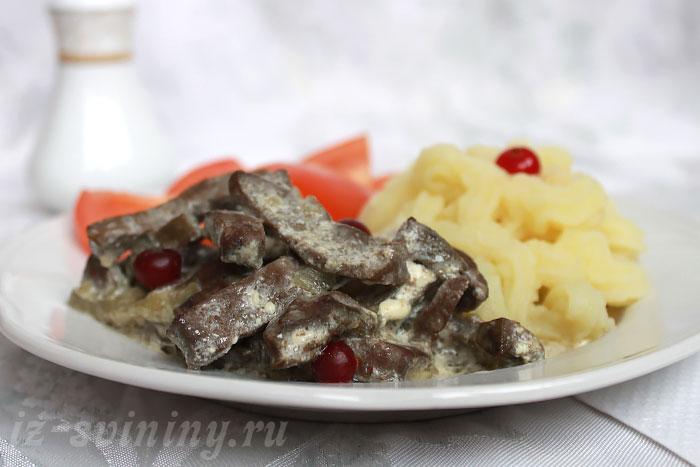 Сервированный бефстроганов из печени со сметаной
