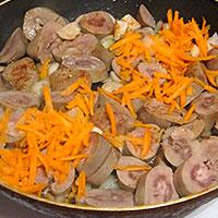 Жарим с луком и морковью - фото