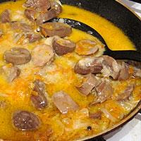Вмешиваем томатную пасту или сметану - фото