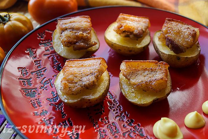 Готовый картофель с подчеревком запеченный в духовке