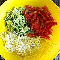 Соединяем томаты, огурцы, капусту, соевый соус и жареный лук - фото