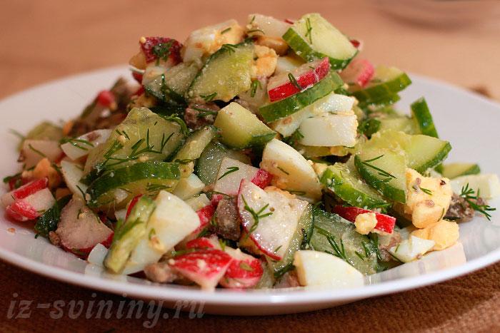 Готовый легкий весенний салат со свиной печенью