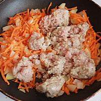 Добавляем в обжарку морковь и свиной фарш - фото