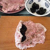 Начиним свиную отбивную черносливом - фото