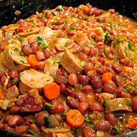 Фасоль с колбасой, мясом и овощами - фото