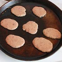 Жарим печеночные оладьи из свиной печени - фото