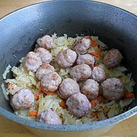 Сложить в казан рис, фрикадельки и  овощи для плова - фото