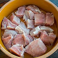 Режем свинину на куски для ражнич - фото