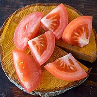 Режем томат для ражнич  - фото
