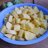 Чистим и крошим картофель - фото