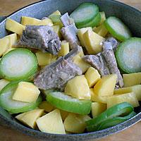 Тушим ребрышки с овощами - фото