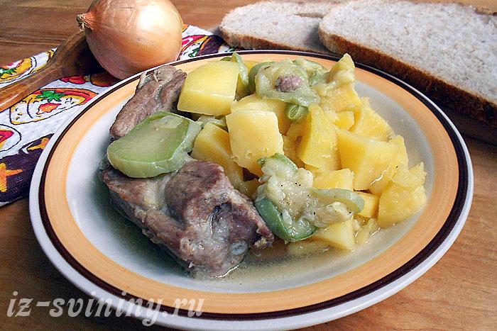 Фото готовых свиных ребрышек с овощами