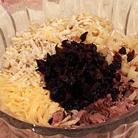 Перекладываем ингредиенты для салата в вазу - фото