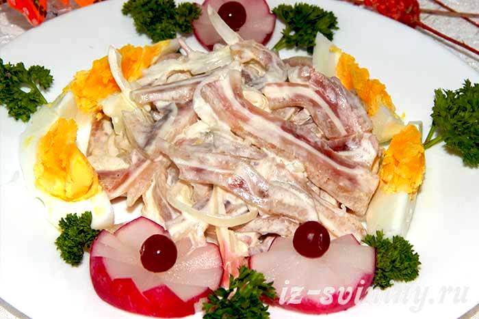 Итоговое фото салата из свиных ушей