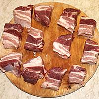 Режем на порционные кусочки свинину - фото