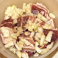 Добавляем к свинине лук и специи - фото