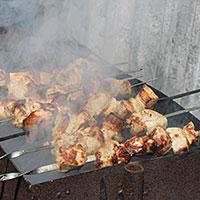 Жарим сочный сметанно-свиной шашлык на углях - фото