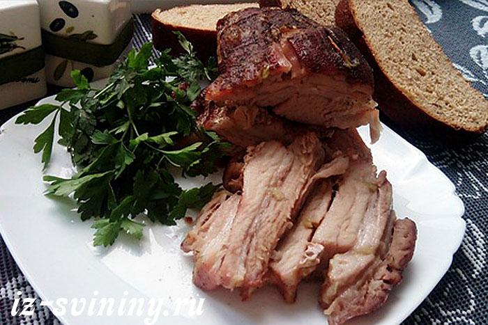 Итоговое фото свиной грудинки, запеченной в духовке в рукаве