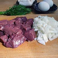 Нарезать свиную печень и лук - фото
