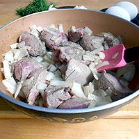 Обжарить свиную печень и лук - фото