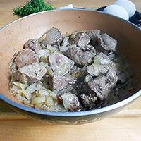 Тушить свиную печень и лук - фото