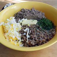Соединить печеночный фарш, яйца, зелень, масло и гречку - фото
