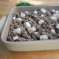 Переложить в противень гречку с печенкой и сало - фото