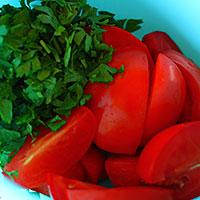 Нарежем томаты и зелень - фото