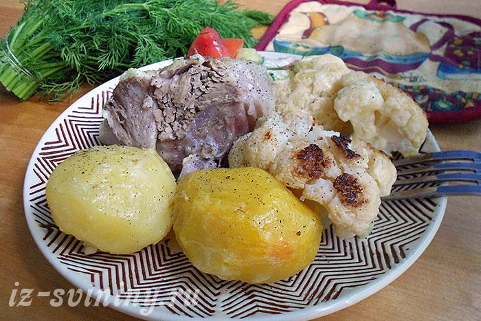 Фото готовой свиной рульки запеченной в духовке с овощами