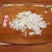 Нарезаем лук для тушеных мяса и печенки - фото