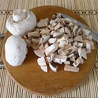 Крошим грибы - фото