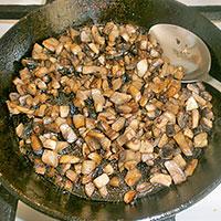 Обжариваем грибы с луком - фото