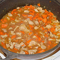 Тушим свинину и овощи в соке от фасоли - фото
