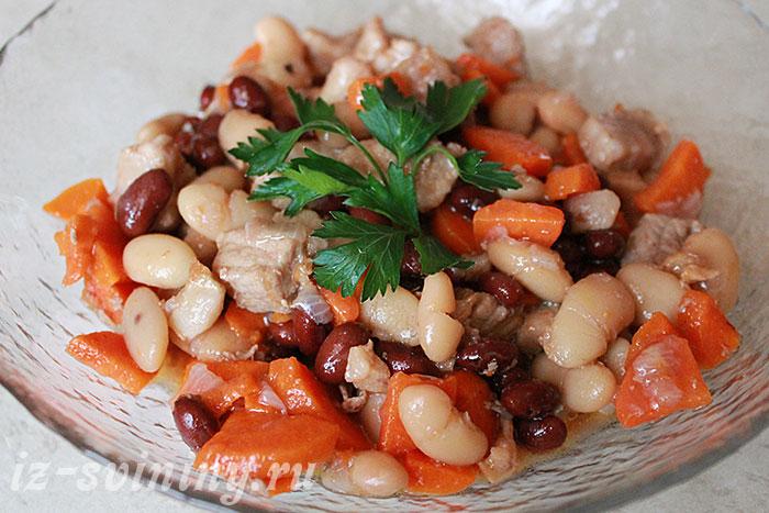 Готовая свинина с фасолью и овощами - фото