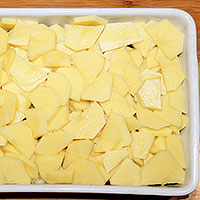 Следующим слоем покрошим картофель - фото