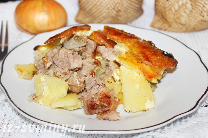 Готовая запеченная свинина с картофелем
