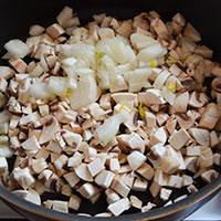 Накрошим лук и грибы для начинки - фото